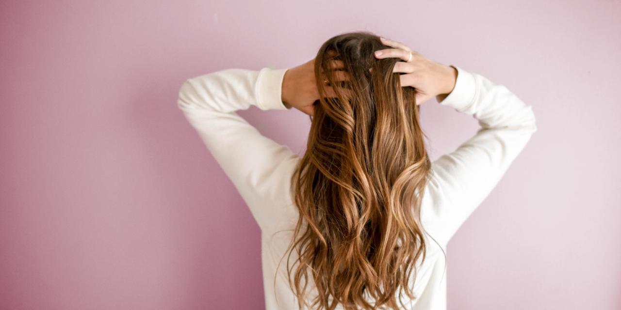 Cauze din care te poate mânanca scalpul, care nu au nicio legatură cu șamponul pe care îl folosești